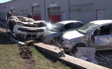 Un șofer a zburat cu mașina peste gardul unei reprezentanțe auto. A făcut prăpăd