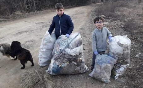 Doi frați din Vatra Dornei au strâns singuri gunoaiele de pe stradă