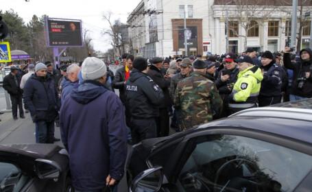 Atac cu buzduganu la sediul Guvernului din Republica Moldova