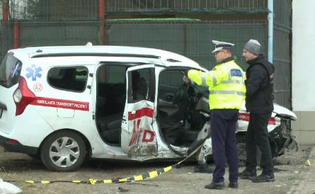 O ambulanță, implicată într-un accident grav în Prahova. Un pacient a murit