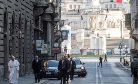 Papa Francis, singur pe străzile pustii ale Romei