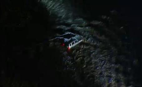 Femeie salvată dintr-o mașină luată de viitură