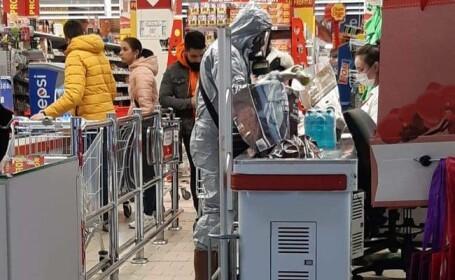 Timișorean în combinezon de protecție, la cumpărături în supermarket