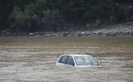Un copil de 13 a murit după ce a luat mașina părinților și s-a răsturnat în râul Olt