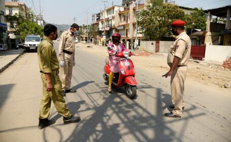Gestul inedit făcut de un polițist pentru a-i face pe oameni să stea acasă. Ce purta pe stradă VIDEO