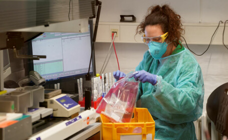 Plasma de la cei vindecați de COVID-19 ar putea fi tratamentul miraculos pentru cei infectați