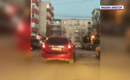 Un bărbat băut şi fără permis a plecat la drum cu o maşină furată, cu numere false. Ce dezastru a produs