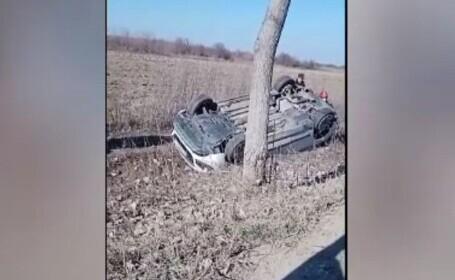 Șoferiță de 40 de ani, la un pas de moarte după ce s-a răsturnat pe un câmp, în Dâmbovița