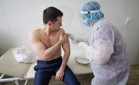 Președintele Ucrainei, Vladimir Zelensky, s-a vaccinat la bustul gol. Cu ce ser s-a imunizat
