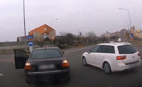VIDEO. Surpriza unui șofer care a tăiat calea unui autoturism în giratoriu. Cine a coborât din mașină