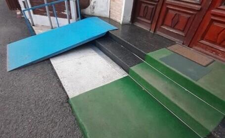 Rampa pentru persoane cu handicap de la Primăria Bicaz duce direct în zid. Ce scrie pe clădirea ctitorită de Carol I