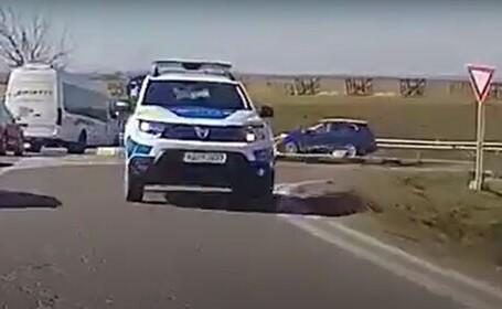 Un poliţist a fost amendat şi lăsat fără permis pentru că s-a plimbat pe contrasens
