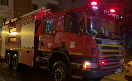 Zeci de oameni evacuați de urgență dintr-un bloc din Mioveni, din cauza unui miros înțepător. De la ce venea