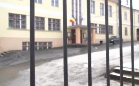 Un tânăr din Sibiu a intrat înarmat cu un pistol într-un liceu și a amenințat o elevă