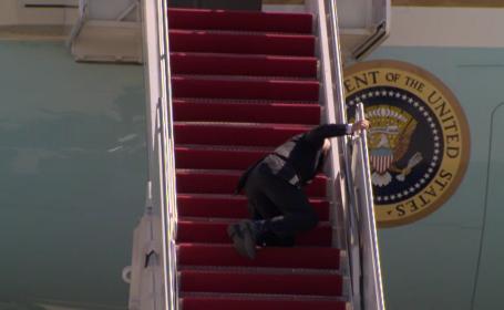 De ce a căzut Joe Biden pe scara avionului. Explicația Casei Albe