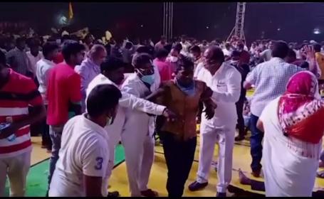 VIDEO. Momentul în care o tribună din lemn se prăbușește în timpul unui meci, în India