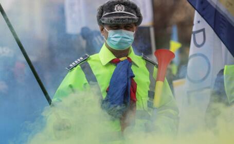 Sute de polițiști au protestat cu fumigene la Ministerul de Interne