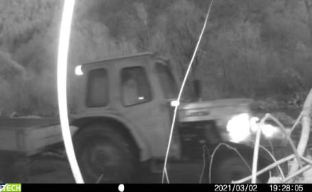 Tractorul unui bărbat care a aruncat gunoaie pe malul râului Someș, confiscat de Garda de Mediu