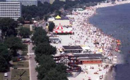 Romanii au inventat plaja in apa si berea pe val!