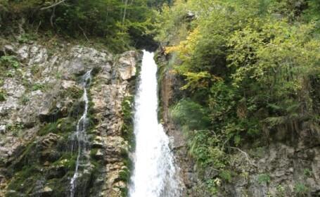 Vesti bune! Starea tanarului care a cazut in cascada este stabila!