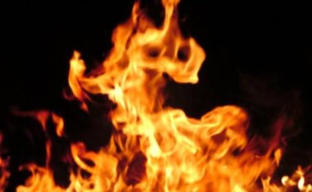 A stropit lemnele cu benzina si a dat foc.La un pas sa moara arsa,la 13 ani