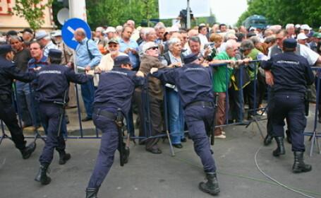 Imbranceli cu jandarmii, la Brasov. Protestatarii au fortat usa Prefecturii