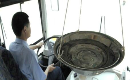 Lighean cu apa in autobuz