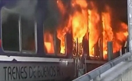 Protest aprins in Argentina. Suparati pe intarzieri, au incendiat vagoanele
