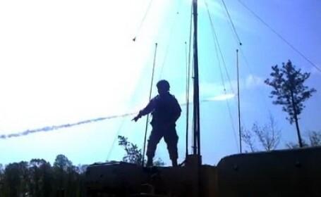 Soldat care danseaza pe sub rachete