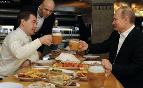 Vladimir Putin si Dmitri Medvedev au baut bere la halba intr-un pub, dupa manifestatia de 1 Mai