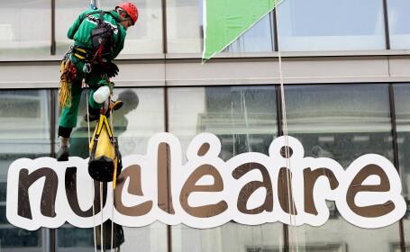 Un militant Greenpeace a survolat cu parapanta o centrala nucleara, a lansat o fumigena si a intrat