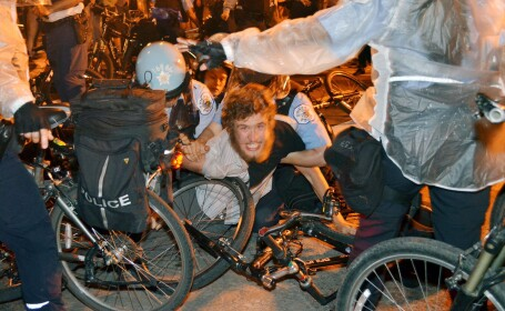Violente pe strazile din Chicago in timpul summitului NATO. Un politist a fost injunghiat, 3 raniti