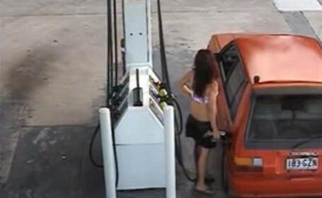 O femeie in sutien alimenteaza masina cu benzina. Ce se intampla dupa ce face plinul. VIDEO