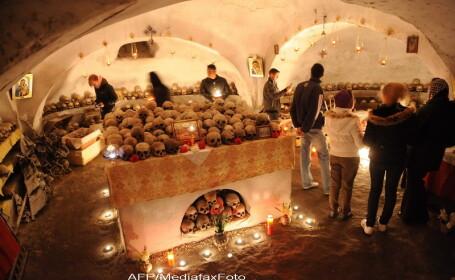 Ceremonie printre cranii. Daily Mail, despre traditia bizara de la Manastirea Pasarea