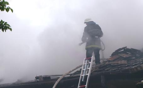 incendiu, pompier pe acoperis