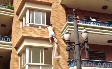 VIDEO. Momentul in care un barbat in lenjerie intima fuge pe geam, in timp ce un cuplu se cearta
