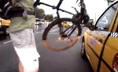VIDEO. Cea mai neobisnuita cearta in trafic. Cum se razbuna un biciclist pe un taximetrist