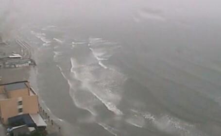 furtuna pe litoral, plaja, valuri