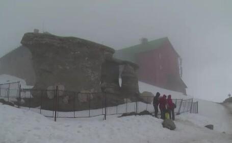 Ninsoare in aprilie, pe crestele Bucegilor. Turistii au facut zeci de fotografii cu Sfinxul si Babele, acoperite de zapada