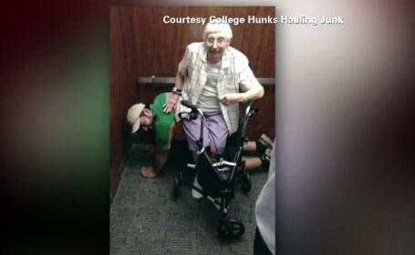 Scena neobisnuita, intr-un lift defect din SUA. Ce facea in genunchi un tanar, alaturi de o doamna de 79 de ani