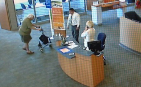 Un barbat de 77 de ani a vrut sa jefuiasca o banca si l-a luat ostatic pe manager. Batranul nu se putea deplasa fara cadru