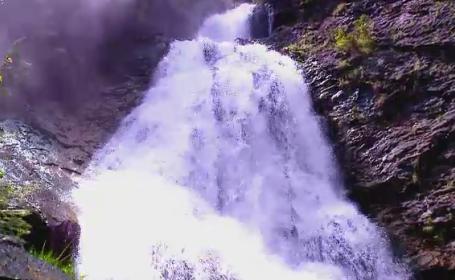 Cascada Valul Miresei, cea mai spectaculoasa din Romania, atrage turistii cu legenda sa si traditiile culinare ale locului