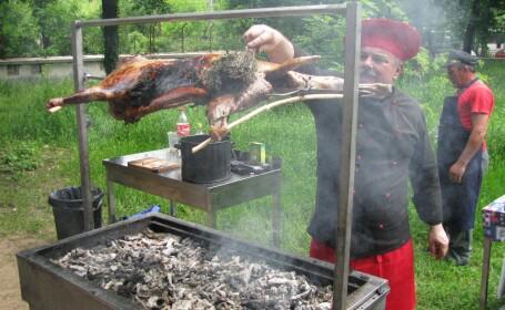 Targ de produse traditionale, romanesti: berbecut, purcelus la protap si curcan copt in jar