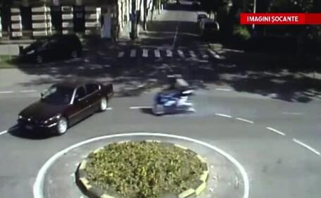 Imagini surprinse de camerele de supraveghere: momentul in care o motocicleta pe care se aflau doi tineri intra intr-o masina