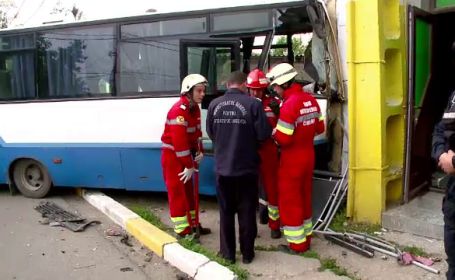 Ofiteri din Jandarmeria Romana, raniti intr-un accident, in Constanta. Autobuzul in care erau a fost proiectat intr-o casa