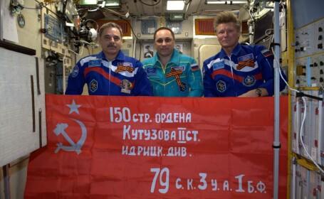 cosmonauti rusi cu Steagul Victoriei