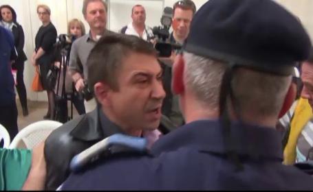 Evacuare cu scandal la Galati, intr-un spatiu al primariei. Jandarmii au ridicat un avocat care devenise violent
