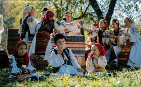 copii in costume populare romanesti