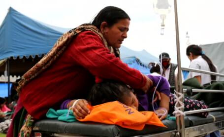 femeie din Nepal cu copil