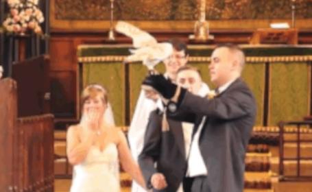 A vrut sa-si surprinda mireasa si a lasat-o fara cuvinte. Reactia ei in fata altarului spune totul: VIDEO
